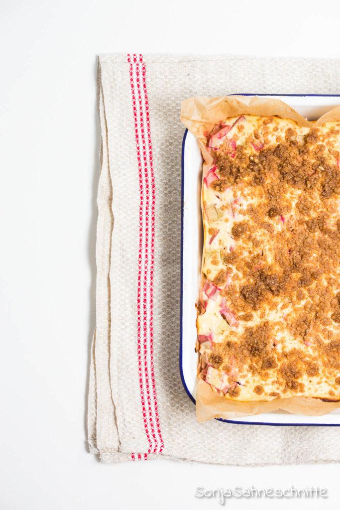 Rezept für gesunden Rhabarber-Quark-Käsekuchen vom Blech mit Streuseln, Haferflocken und Mandeln -ohne Zucker #backrezept #Haferflocken #gesunf #rhababer #blech #kuchen #steusel #obst #einfach #ohneZucker #leicht #nuss #Mandeln #gedeckt #zuckerfrei #Vollkorn