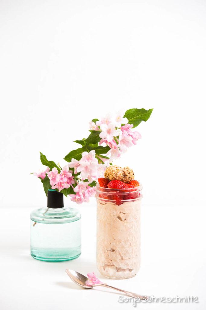 schnelles und einfaches Dessert im Glas: Rezept für Nougat-Giotto-Mousse mit Erdbeeren (ohne Ei)