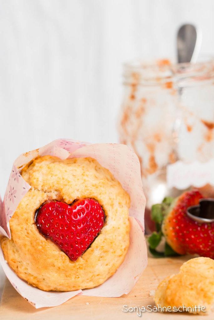 Grundrezept für schnell, locker und einfach vegane Muffins & variante zum Valentinstag oder Muttertag. Die Muffins sind mit köstlich Marmelade gefüllt. Alternativ einfach frisches Obst (z.B. Erdbeeren) oder Apfelmus verwenden.