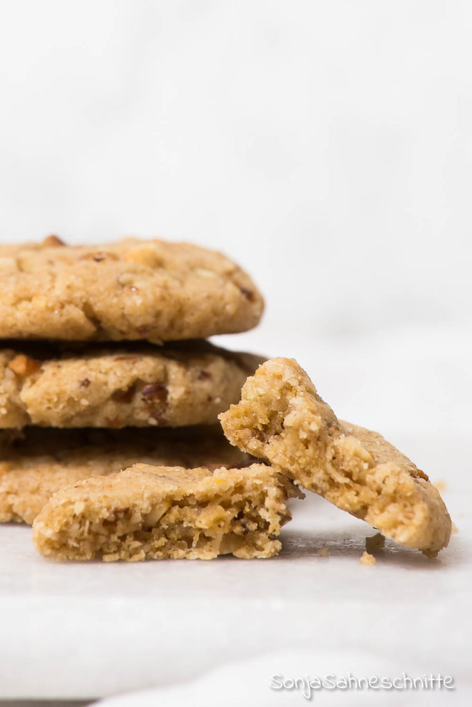 vegane Walnuss-Cookies die mit Öl gebacken werden. Ein einfaches schnelles Rezept, bei dem ihr die Zutaten immer auf Vorrat da haben könnt. Am besten probiert ihr es gleich aus.