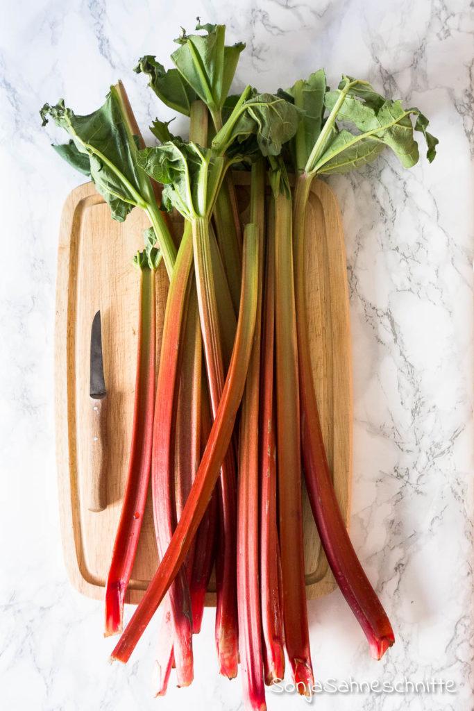 gesunder veganer Rhababer Crumble mit Erdbeeren, Blaubeeren Himbeeren oder Apfel - glutenfrei, gesund und ohne Zucker