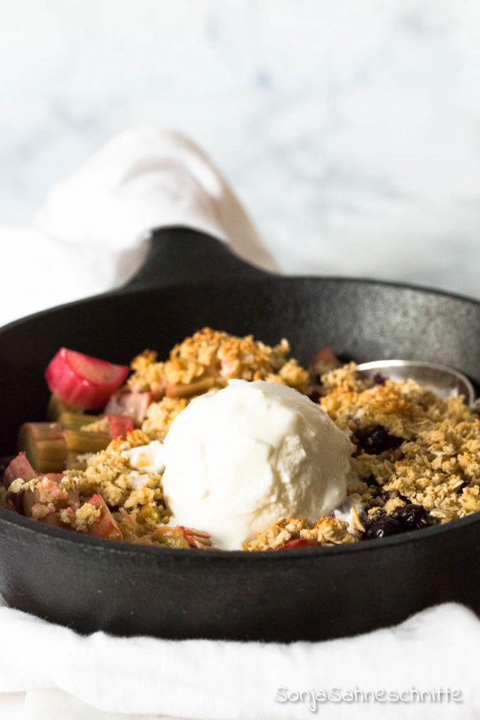 veganer Rhababer Crumble mit Erdbeeren, Blaubeeren Himbeeren oder Apfel - glutenfrei, gesund und ohne Zucker