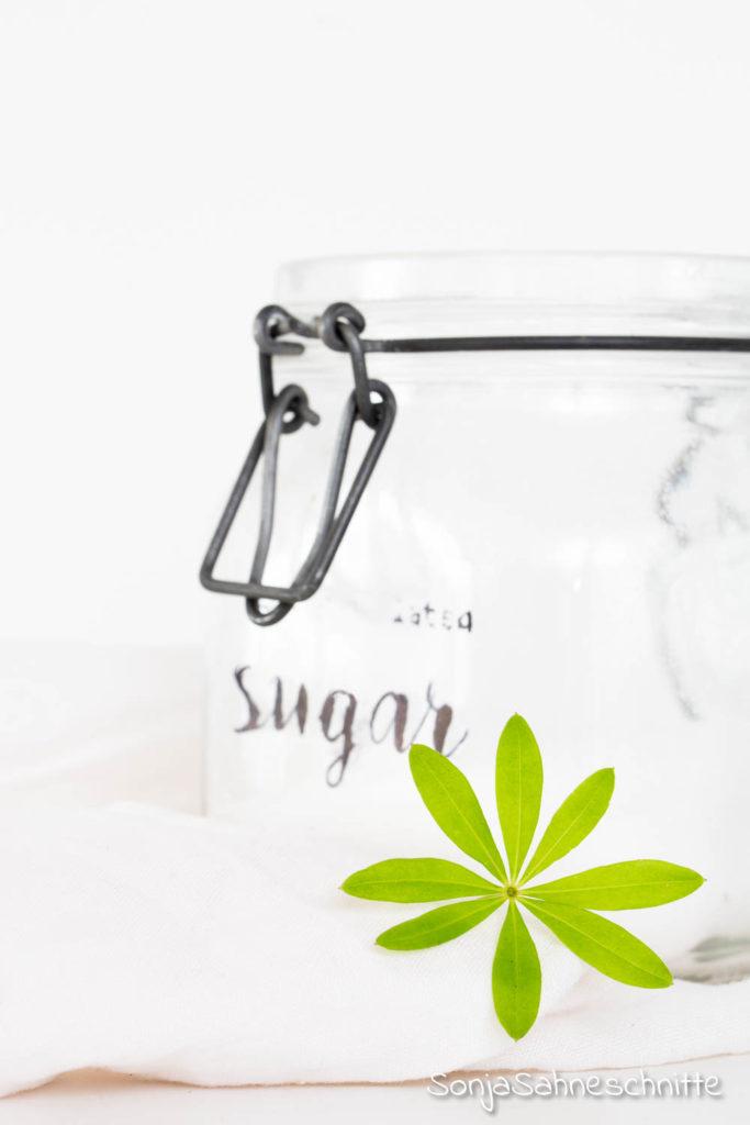 Rezept für Waldmeister-Zucker - natürlich, ohne Aroma, ein schönes vielseitiges Geschenk aus der Küche. Über dieses besonder Mitbringsel freut sich wohl jeder. Schnell und einfach gemacht und doch eine tolle Geschenkidee.