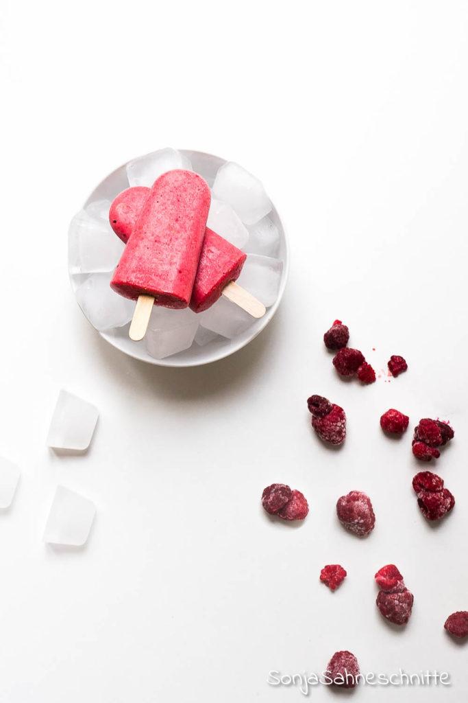 veganes Rhabarber-Himbeer-Eis am Stiel natürlich gesüßt ohne Haushaltszucker und ohne Eismaschine gemach