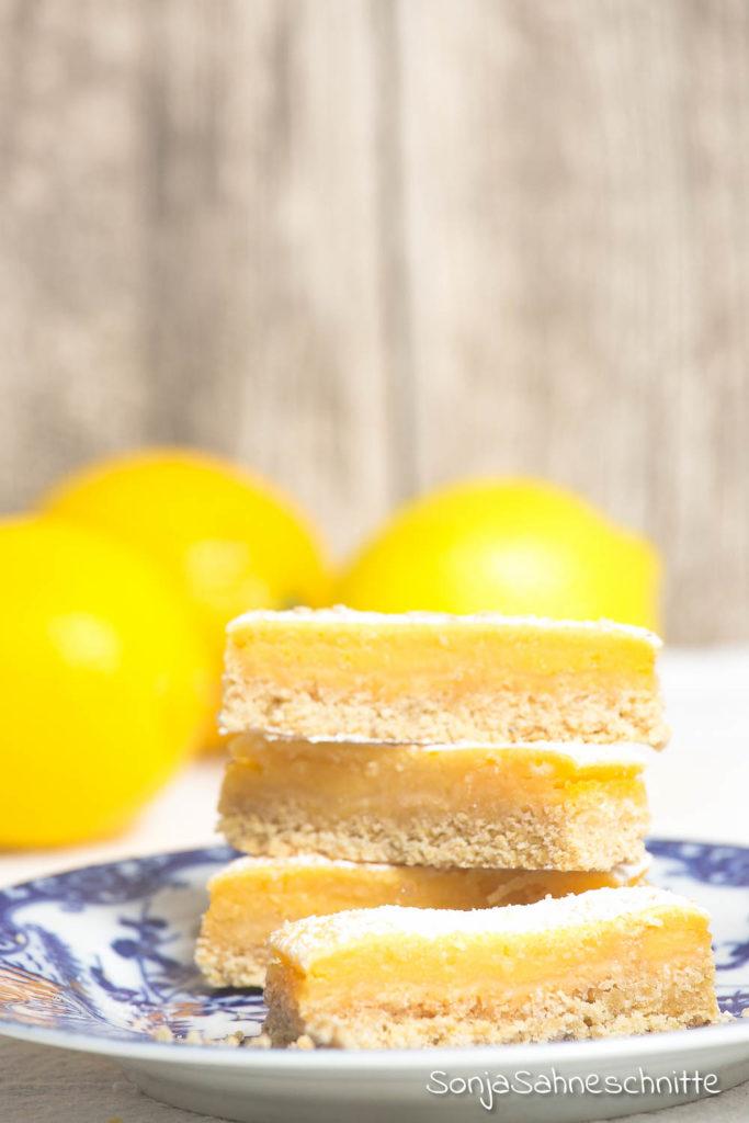 Rezept für glutenfreie saftige Zitronen-Schnitten, einfach, saftig und gut vorzubereiten. #glutenfrieRezepte