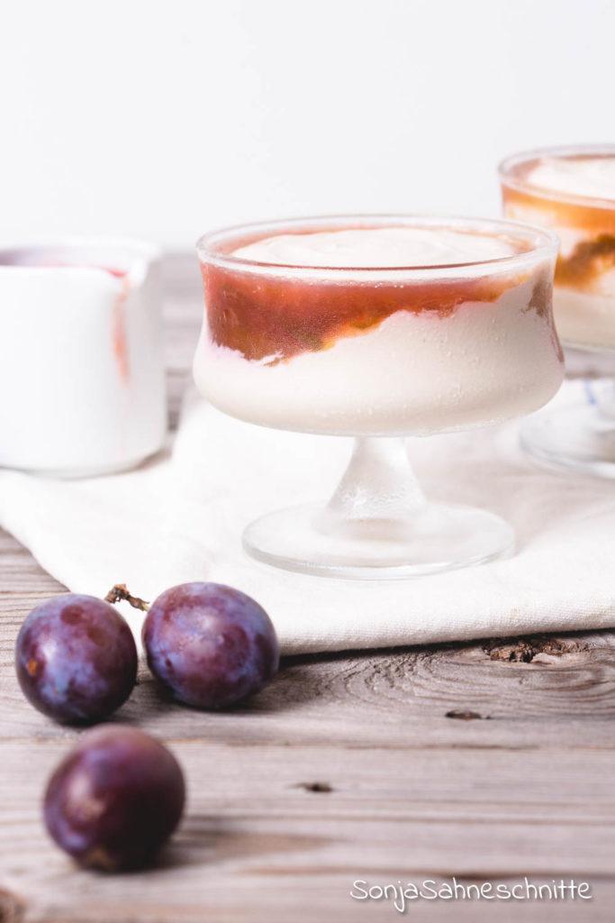 Ohne Haushaltszucker: Kokos-Quark-Dessert im Glas mit Kokosmilch und Pflaumenkompott, ein schneller köstlicher Nachtisch und eine echte Alternative zum klassischen Pflaumenkuchen! #nachtisch #kinder #rezepte #verarbeiten #einfach #schnell #gesund #komüott #quark