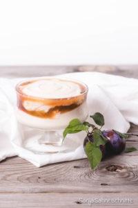 Kokos Quark Dessert im Glas mit Pflaumenkompott, ein schneller Nachtisch, der durch seine besonderen Zutaten begeistert.