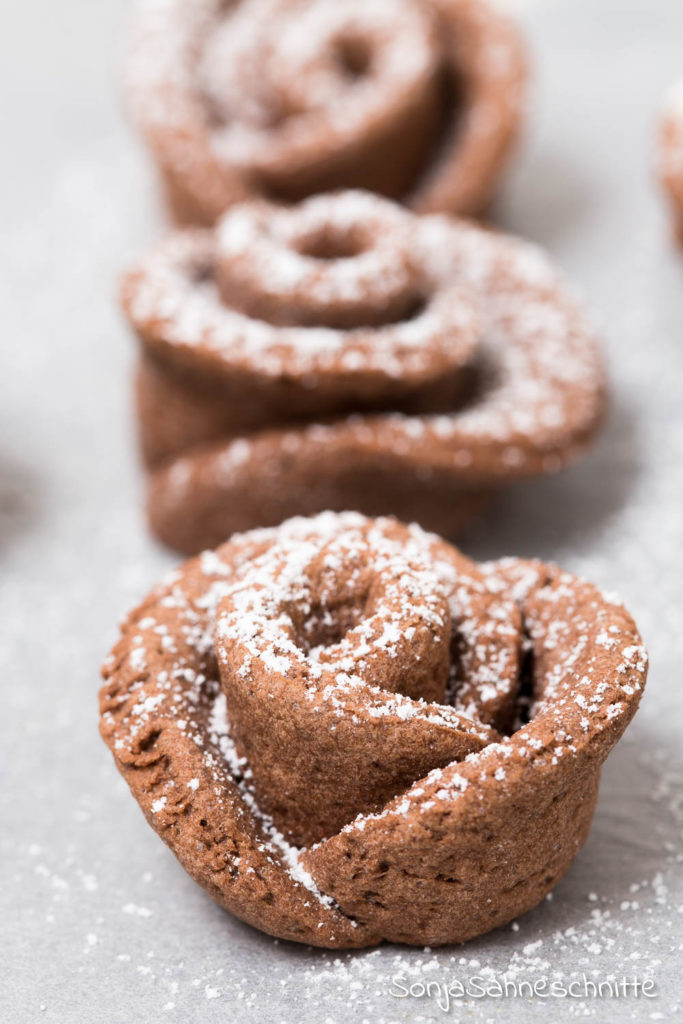 So einfach habt ihr noch nie besondere Kekse gebacken wie mit diesem Rezept, egal ob zu Muttertag, Valentinstag oder an Weihnachten, mit diesen Plätzchen macht ihr bestimmt eindruck und dabei sind sie ganz einfach zu backen. #Kekse #rezept #besonders #weihnachten #muttertag #rosen #backen #kreative #verschenken #Geburtstag #Geschenk #Hochzeit