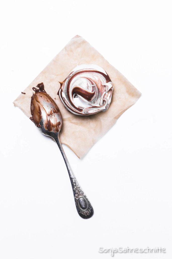 Schnelles und einfaches Rezept für Baiser-Plätzchen mit Nutella zu Weinhnachten. Die sollten in keiner Keksdose fehlen.  #baiserplätzchen #nutella #plätzchen #weihnachten #schnell #einfach #backen #baiserküsschen #glutenfrei
