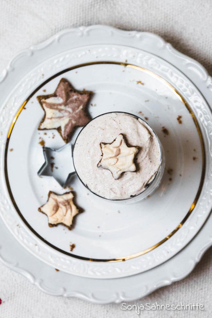 So etwas leckers hast du noch nicht gegessen: Zimtstern-Torte im Glas, weicher Zimtsternkuchen trift fluffige Creme. Das perfekte Dessert für Weihnachten, einfach und gut vorzubereiten, genau so wie ein Nachtisch sein muss. #zimtsterne #weich #weihnachten #desser #creme #nachtisch #imglas