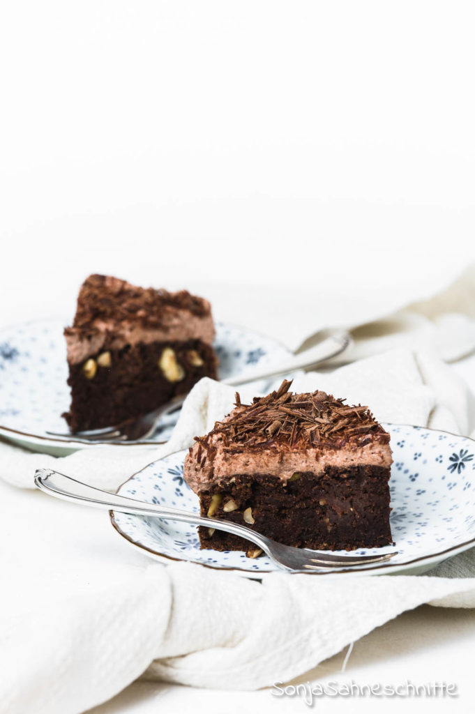 Schnell und einfach, dieser saftige, fluffige, luftige vegane Schokoladenkuchen mit Nüssen ist wirklich kinderleicht gemacht und kommt bei Gästen immer sehr gut an. Besonder schön mit ein bisschen Schokolade und ein paar Nüssen dekoriert aber auch ohne Forsting ein Knaller. #kindergeburtstag #rund #klein #geburtstag #schneller #einfach