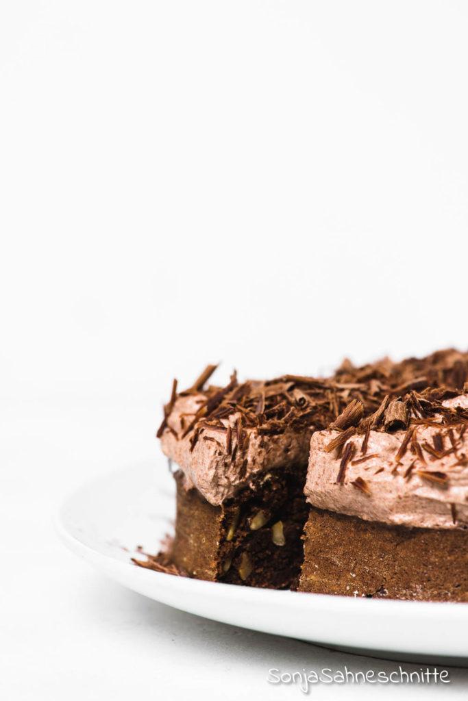 Schnell und einfach, dieser saftige, fluffige, luftige vegane Schoko Kuchen mit Nüssen ist wirklich kinderleicht gemacht und kommt bei Gästen immer sehr gut an. Besonder schön mit ein bisschen Schokolade und ein paar Nüssen dekoriert aber auch ohne Forsting ein Knaller. #kindergeburtstag #rund #klein #geburtstag #schneller #einfach