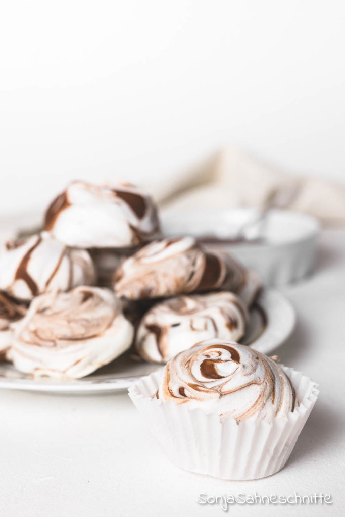 Schnelles und einfaches Rezept für Baiser-Plätzchen mit Nutella zu Weinhnachten. Die sollten in keiner Keksdose fehlen.  #baiserplätzchen #nutella #plätzchen #weihnachten #schnell #einfach #backen #baiserküsschen #glutenfrei #glutenfrei