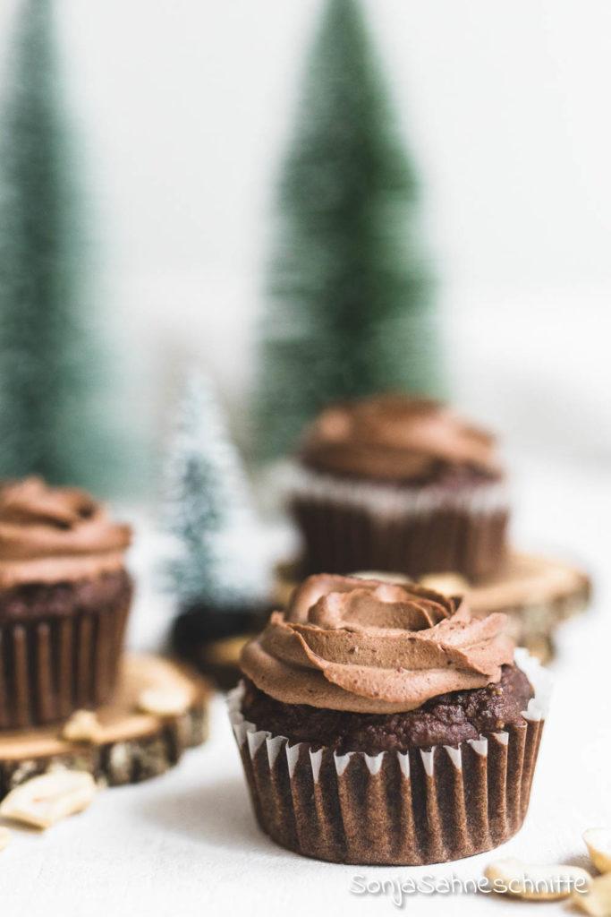 Einfache schokoladen Lebkuchen Cupcakes, ein Rezept, dass zu Weihnachten nicht fehlen darf. Weich, saftig und ohne Haushaltszucker gesüßt. So leicht kan Soulfood backen sein #lebkuchen #schokolade #weich #saftig #weihnachten #cupcakes #einfach #gesund #ohnezucker #nachtisch