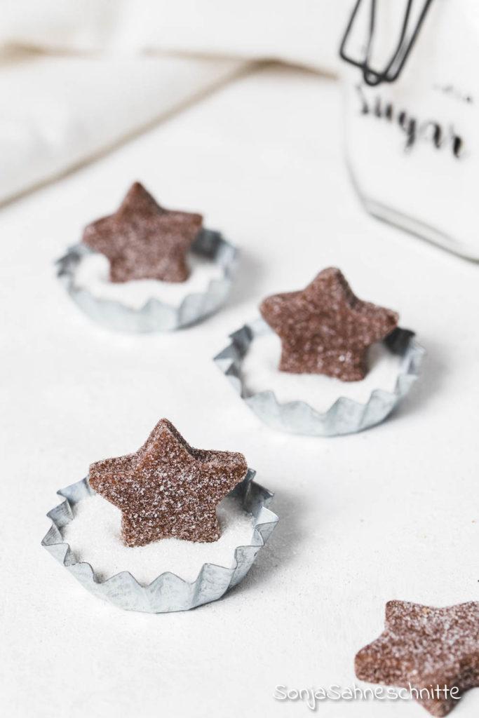 Ausstechkeks-Weihnachtsplätzen aus Mürbeteig mit Zucker-Deko, die ein echter Hingucker sind  und auf jedem Plätzchenteller sind und natürlich auch als Geschenk aus der Küche eine gute Figur machen.