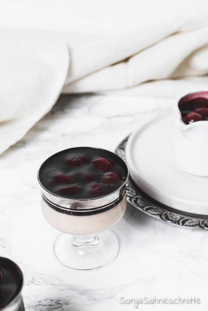 Lebkuchen Panna Cotta mit Zimt-Kirschen, DER Nachtisch für Weihnachten! Das Dessert lässt sich gut vorbereiten und wird ohne Gelatine gemacht. #agaragar #ohnegelatine #pannacotta #weihnachten #zimt #kirschen #lebkuchen #süßeSachen #selbermachen