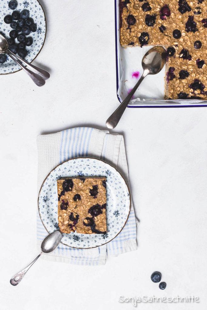 Gesundes und wärmendes Frühstück: dieses Rezept für gebackenes Oatmeal mit Beeren und Banane ist nicht nur gesund und lecker, sonder auch schnell und einfach zubereitet. #Haferflocken #frühstück #glutenfreierezepte #mealprep #ohnezucker