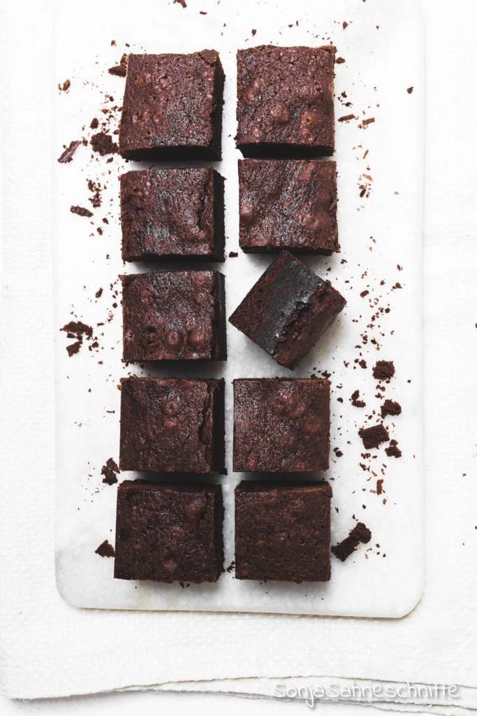 6 Zutaten Rezept für saftige schnelle und einfache Brownies - ohne Schokolade, dafür extra schokoladig mit Kakaopulver! Mit nur wenigen Zutaten etwas so leckers zu backen war noch nie so leicht. #kinder #weihnachten #schnell #undeinfach #mitkakaopulver
