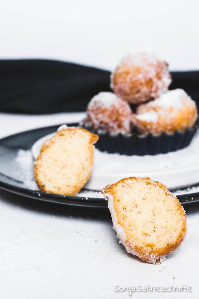 Rezept für Mutzenmandeln aka Quarkbällchen: Diese Mutzen sind außen wunderbar knusprig und innen herrlich luftig. Die zuckersüßen kleinen Quarkbällchen sind schnell gemacht und viel besser als vom Bäcker! Außerdem schmecken sie nicht nur zu Silvester oder Fasching