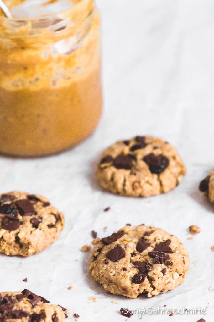 Dick und chewy, diese Erdnussbutter Cookies mit Haferflocken und Schokolade sind nicht nur einfach und schnell gemacht sondern auch unfassbar köstlich.  #schoko #kekse #erdnussbutter #Haferflocken #backen #süßesachen #selbermachen #sonjasahneschnitte