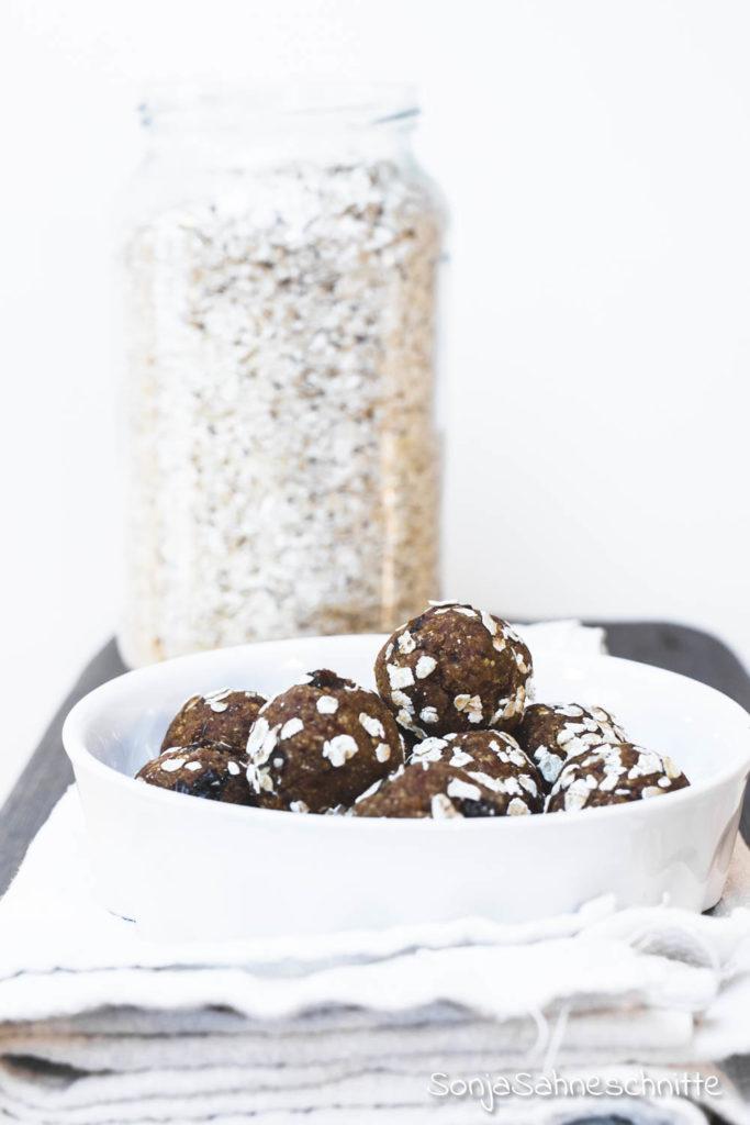 Rezept für vegane und glutenfreie  Energy Balls mit Haferflocken und Datteln.  Der Perfekte gesunde, schnelle und einfache Snack gegen fehlende Energie am Nachmittag! #vegan #energyballs #selbermachen #gesund #sonjasahneschnitte