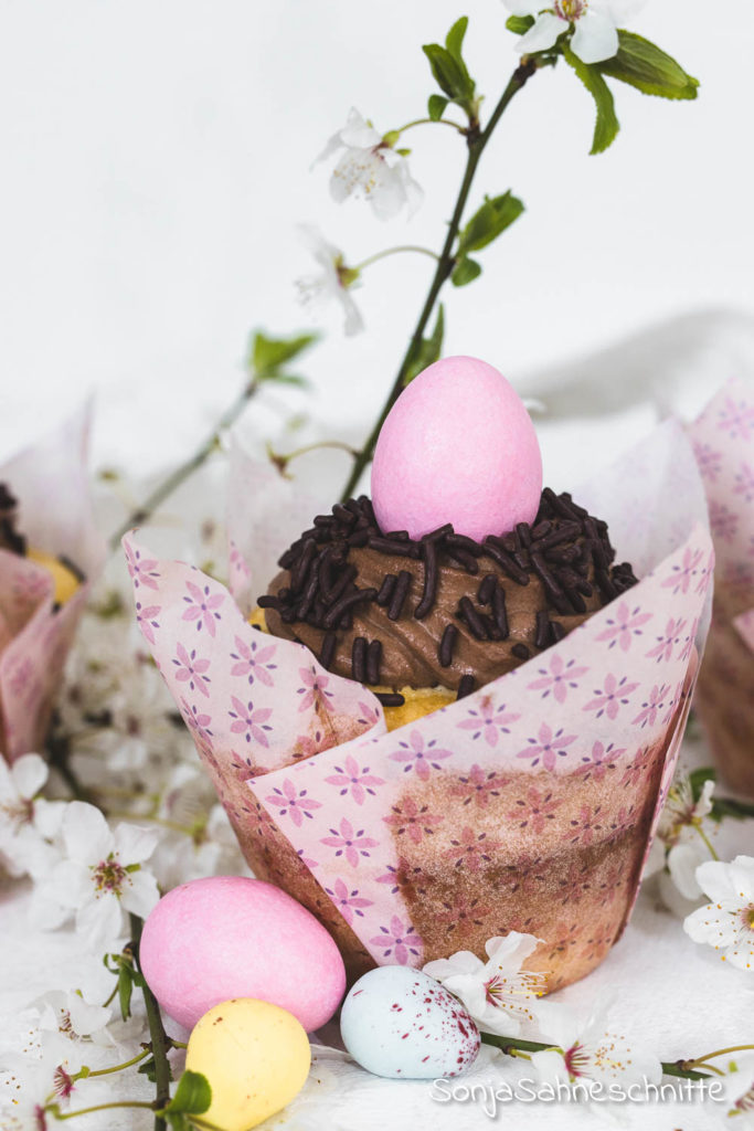 Das perfekte Oster-Gebäck: saftige Zitronen-Cupcakes mir köstlichem Schoko-Frosting! Ein einfaches Rezept, schnell gebacken und durch die Deko ein zuckersüßes Osternest. #sonjasahneschnitte #süßesachen#selbermachen #Ostern #backen #Cupcakes