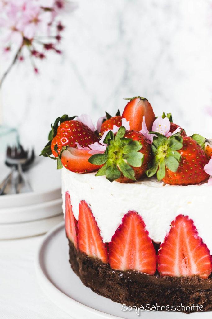 Einfache Erdbeer Sahne Torte ohne Gelatine. Was gibt es köstlicheres als Schoko, Erdbeeren und Sahne vereint in einer himmlischen Torte.Diesen Genuss solltet ihr euch in der Erdbeer-Saison nicht entgehen lassen.! #Sonjasahneschnitte #Schoko #Erdbeeren #SahneTorte #SüßeSachen #Selbermachen