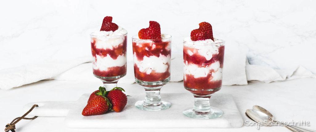 Erdbeer Mascarpone Creme: Ein leckeres Rezept mit frischen Erdbeeren und Vanille. Diesem schnellen Schicht-Dessert im Glas kann bestimmt keiner widerstehen. Köstliche Mascarpone Creme mit Joghurt, Quark und Vanille verfeiner. Dazu gibt es jede Menge saftig süße Erdbeeren und schon steht der Nachtisch für die Gäste. #Erdbeeren #MascarponeCreme #Vanille #Sonjasahneschnitte