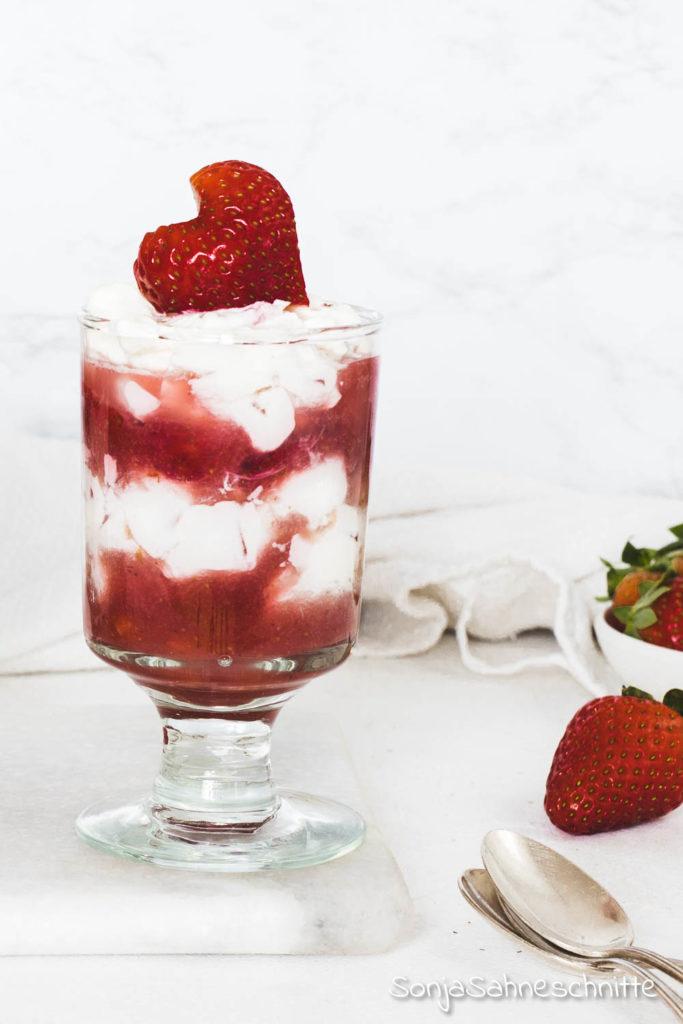 Ein leckeres Rezept für Vanille Mascarpone Creme mit frischen Erdbeeren. Diesem Dessert kann bestimmt keiner widerstehen. Köstliche Mascarpone Creme  mit Joghurt, Quark und Vanille verfeiner. Dazu gibt es jede Menge saftig süße Erdbeeren und schon steht der Nachtisch für die Gäste. #Erdbeeren #MascarponeCreme #Vanille #Sonjasahneschnitte