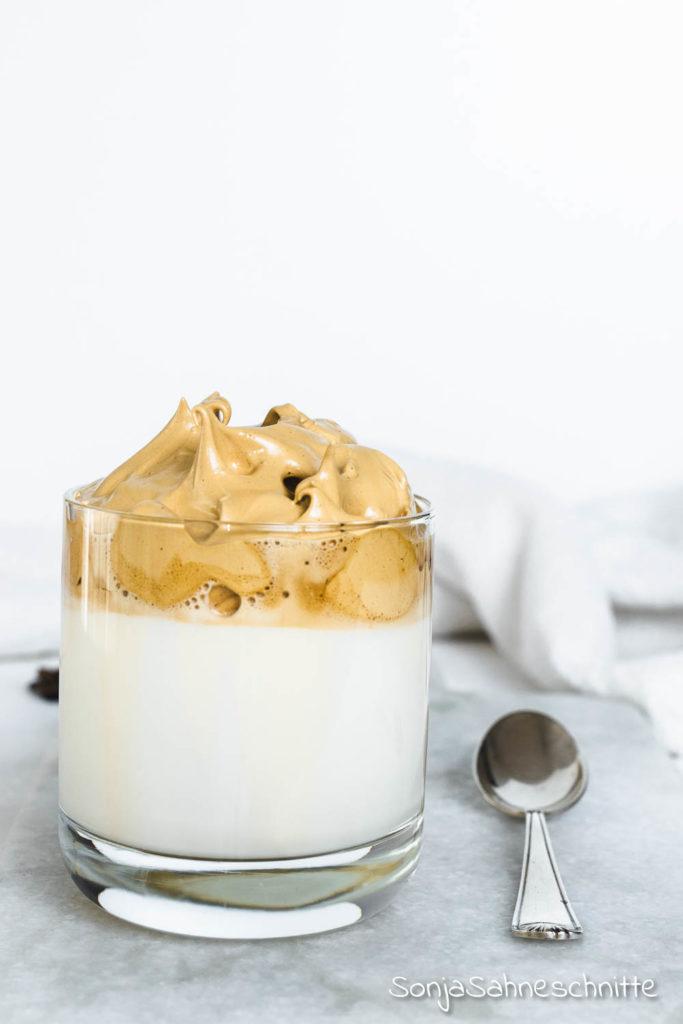 Cremig, cremiger, Whipped Coffee, der Kaffee für alle, denen Kaffee nicht cremig genug sein kann. Aus nur 3 Zutaten in 3 Minuten zuhause zusammengerührt. Das solltet ihr nicht verpassen. Übrigens könnt ihr Dalgona Kaffee auch ohne Zucker zubereiten. #süßesachen #selbermachen #kaffee #whippedcoffee #rezept #sonjasahneschnitte