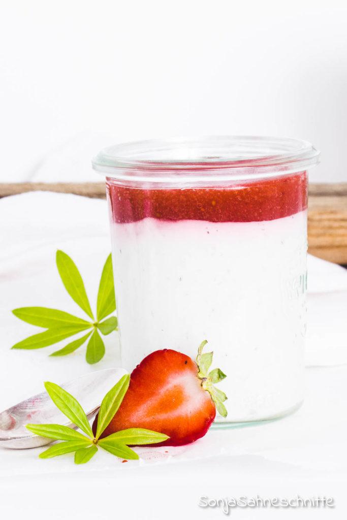 Schnelles Waldmeister Dessert mit Erdbeeren – locker leichte Sahne-Creme trift frische saftige Erdbeeren. Ein einfaches Rezept mit Wow-Effekt und das nicht nur im Mai.
