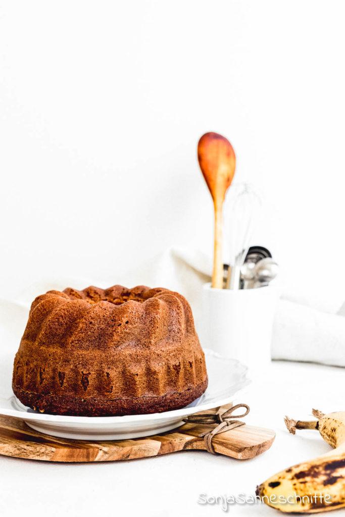 Rezept für Bananenkuchen - saftig, einfach und mit viel Banane.  Du kannst den kleinen Gugelhupf gut vorbereiten, da er sehr saftig ist. #sonjasahneschnitte