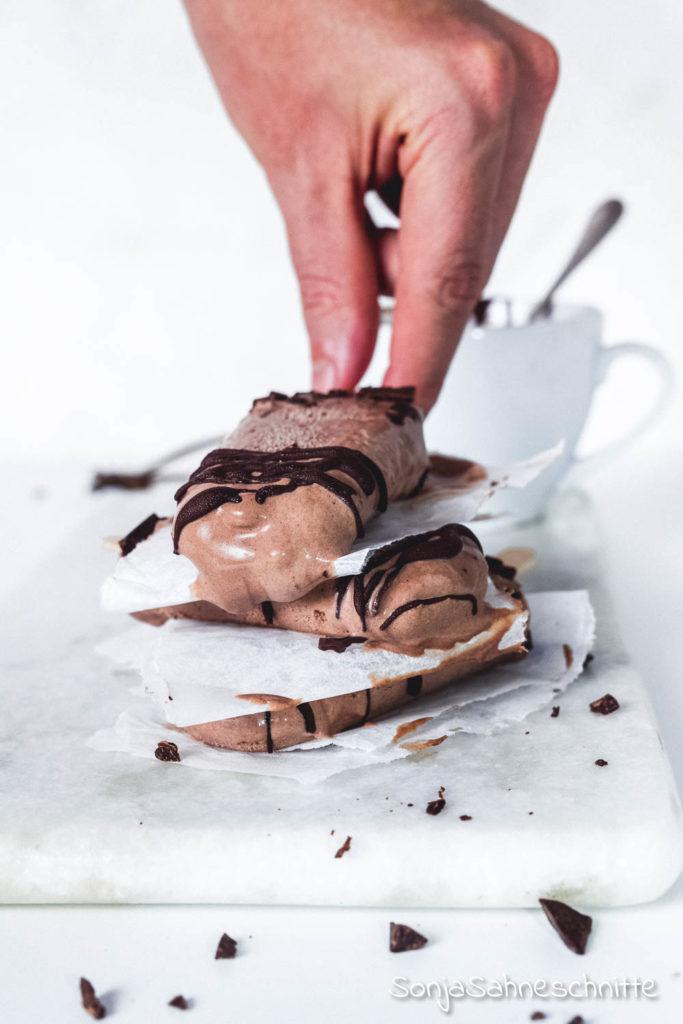 So einfach kannst du super cremiges Eis ohne Eismaschine selber machen. #sonjasahneschitte #eis #selbermachen #ohneEismaschine
