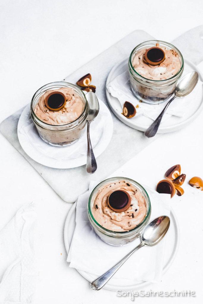 Einfach und schnell das Rezept für Toffifee-Cheesecake im Glas ist das perfekte Dessert. Im Sommer zum Grillen genauso wie Weihnachten oder Ostern. Es lässt sich gut vorbereiten und schmeckt Kinden und Erwachsenen gleichermaßen. Probier es doch gleich einmal aus. #sonjasahneschnitte #nachtisch