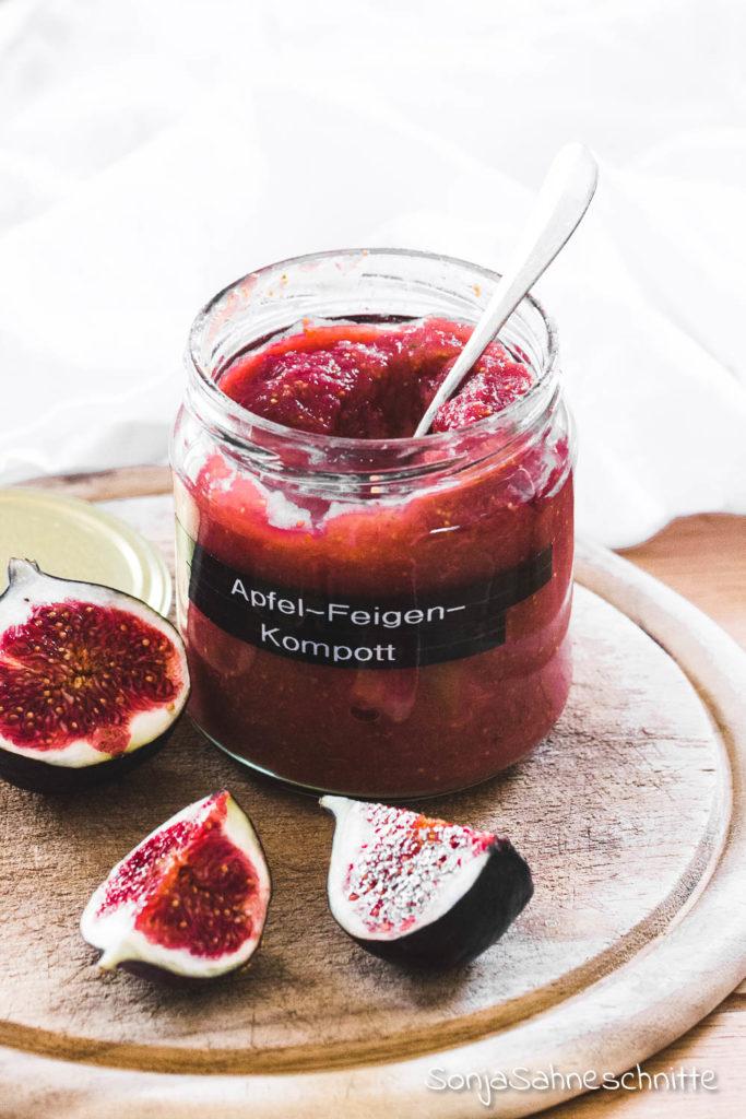 Apfel Feigen Kompott ist neben Marmelade eine der tollsten Möglichkeiten die köstlichen Früchte auch noch im Winter zu genießen. So was leckeres wie  selbstgemachte Apfel-Feigen-Kompott habe ich schon lange nicht mehr gegessen! #apfel #apfelrezepte #apfelmarmelade #feigenmarmelade #rezepte #marmelade #sonjasahneschnitte