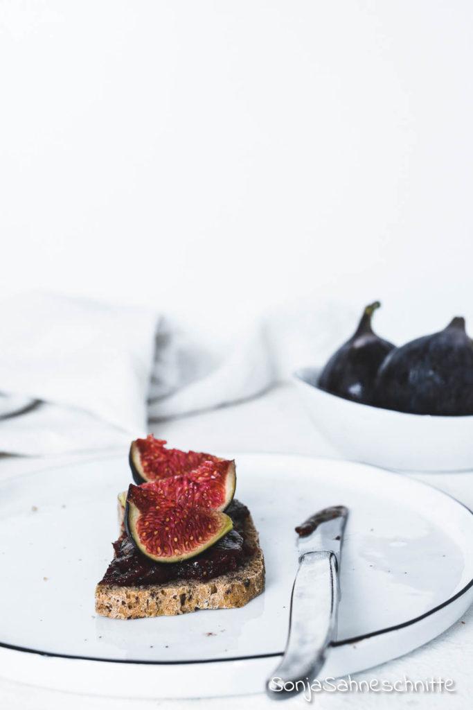 Feigenmarmelade dieses einfache Rezept ohne Zucker ist ein ganz besonderer Genuss. Zum Frühstück auf ein frisches knuspriges Croissant oder ein leckeres Brötchen gestrichen... Für mich ist der Geschmack dieser Marmelade einfach überwältigend. #sonjasahneschnitte #feigenmarmelade #ohneZucker