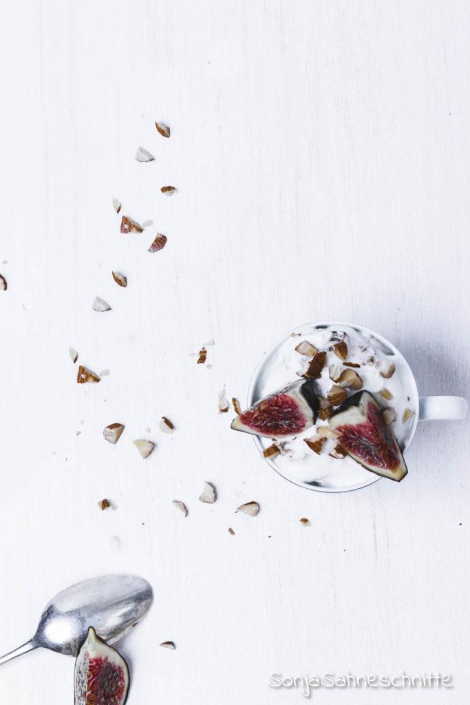 Dieses einfache Feigen-Dessert im Glas ist einer der besten Gründe mal wieder frische Feigen zu essen. Köstliche Mascarpone-Creme, süßer Honig, knusprige Mandeln und natürlich saftige frische Feigen. So schnell und Einfach ist ein köstliches Dessert gezaubert. #süßeSachen selbermachen #sonjasahneschnittw #nachtisch