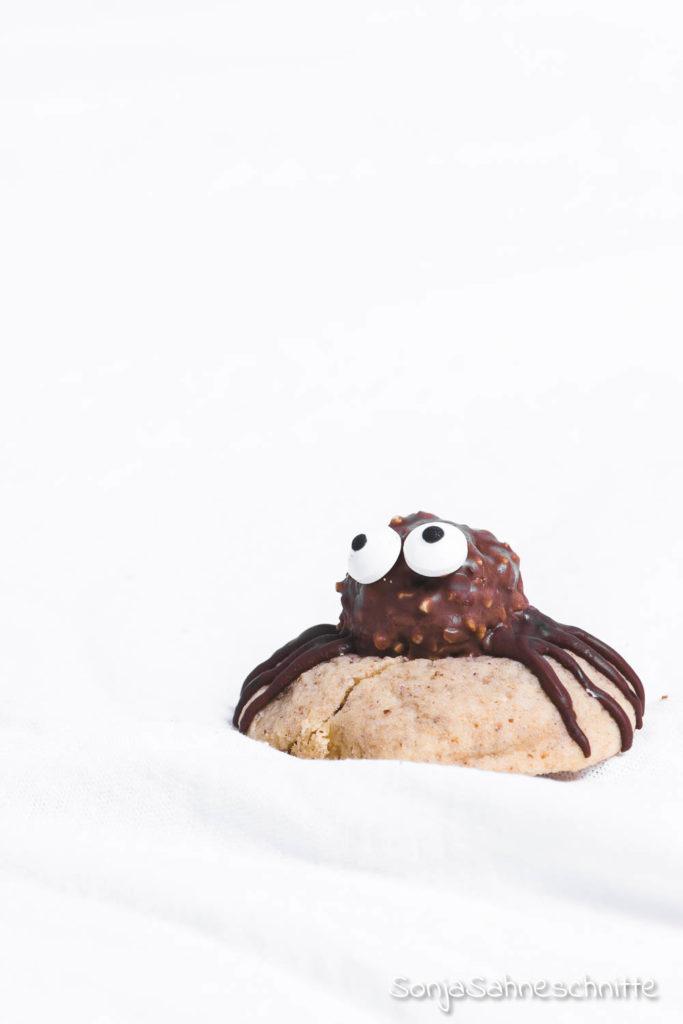 Ein einfaches Rezept für scharurig, süße Spinnen-Cookies. Die Kekse sind das perfekte Fingerfood für Halloween-Partys. Aber das Beste, die Spinnen-Kekse für Halloween schmecken auch mega lecker! #halloweenparty #spinnenkekse #sonjasahneschnitte #spinnencookies #halloween