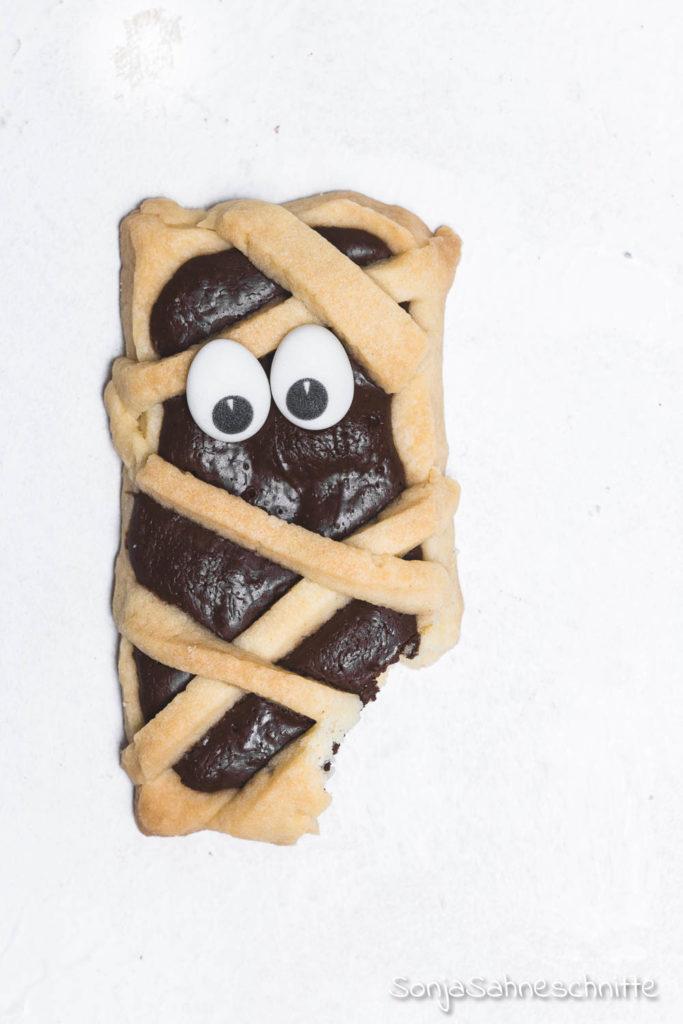 Ein einfaches Rezept für schaurig süße Mumien-Kekse Die Kekse sind das perfekte Fingerfood für Halloween-Partys und kommen nicht nur als Essen für Kinder gut an. Aber das Beste, die Mumien-Kekse für Halloween schmecken mega lecker. #halloweenparty #mumienkekse #sonjasahneschnitte #halloween