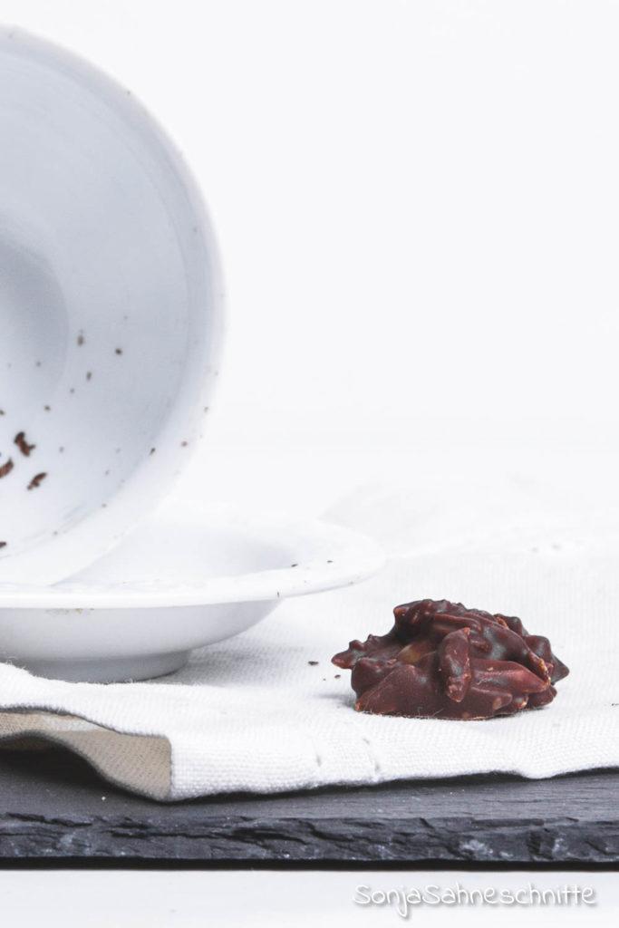Supereinfach, superlecker - damit machst du dich sofort beliebt: Diese Schoko Nuss Splitter machen als kleines Geschenk aus der Küche echt was her. Klingt gut? Ist auch gut! Für die Schokospliitter brauchst du nur 3 Zutaten und dazu sindauch noch vegan und glutenfrei.