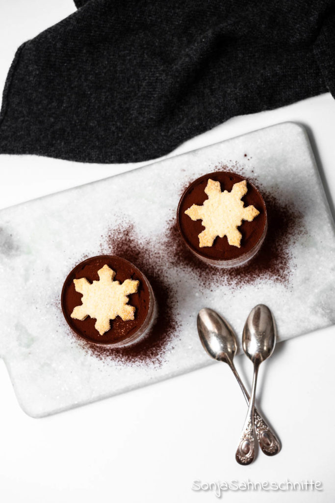 Rezept für einfaches Weihnachtsdessert im Glas mit Schokolade, Lebkuchen und Rocher. Ein schneller festlicher Nachtisch für alle Schoko und Lebkuchen-Fans.  Zudem sieht die Lebkuchen-Mousse auch noch ganz ohne Aufwand toll aus!  Weihnachtsdessert / Dessert im Glas / Nachtisch / Dessert / Lebkuchen / Weihnachtlicher Nachtisch/ Dessert für Weihnachten / Weihnachten Essen