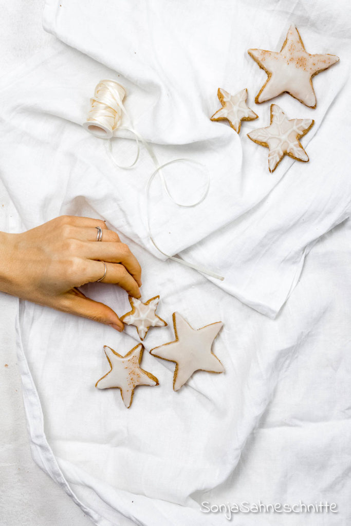 Diese saftigen Zitronenplätzchen mit Mandeln gehören zu Weihnachten einfach dazu. Plätzchen Rezepte zum Ausstechen kann man ja nie genug haben und diese einfachen glutenfreien Zitronen-Kekse solltest du dir nicht entgehen lassen!
