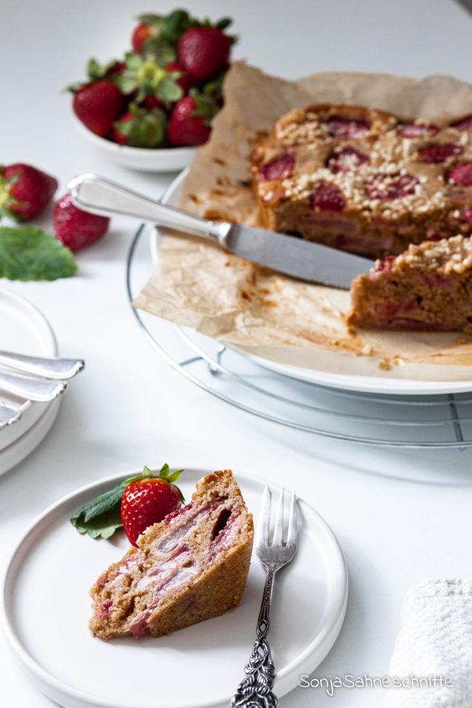 Erdbeerkuchen schnell und einfach. Dieser Rührkuchen ist nicht nur als selbstgerechtes Muttertagsgeschenk ein schneller gebackener Knaller. Wenn du dir die ersten schönen Frühlingstage versüßen möchtest oder einen verregneten Sommernachmittag, dann MUSSt du diesen Kuchen backen. Aber Vorsicht es besteht Sucht-Gefahr.