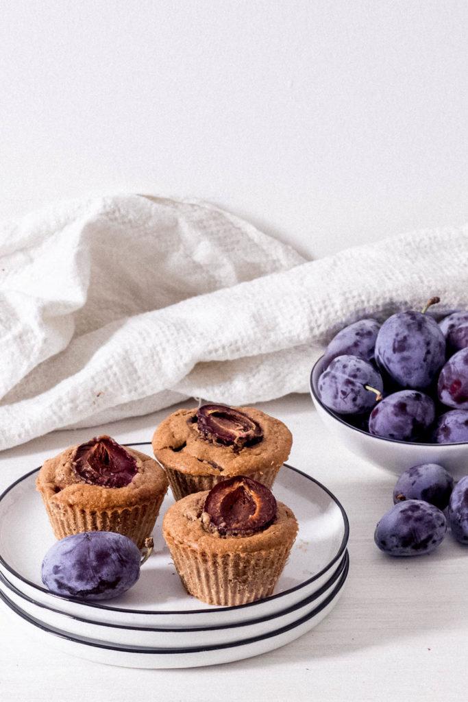 Einfaches und schnelles Rezept für Zwetschgen Muffins mit Zimt. Fürs Herbstfrühstück - in Gesund - oder Picknick. Die leckeren saftigen Muffins passen perfekt.