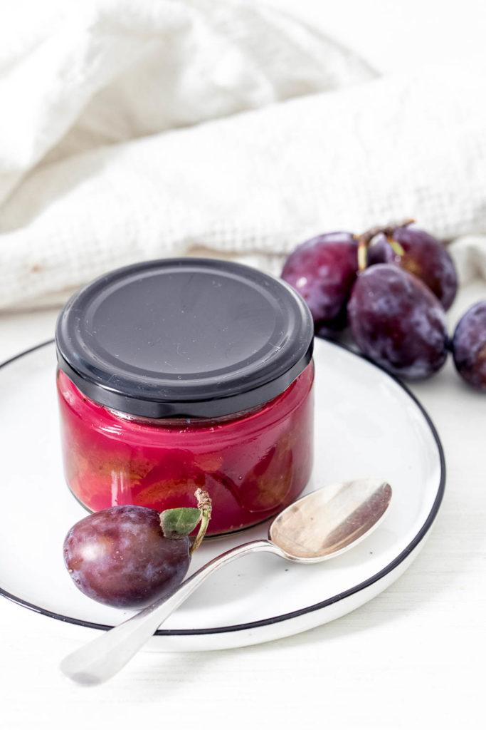 Pflaumenkompott mit Zimt einfache Zutaten eingekocht zu etwas wunderbar vielseitigem, dass du warm und kalt genießen kannst.
